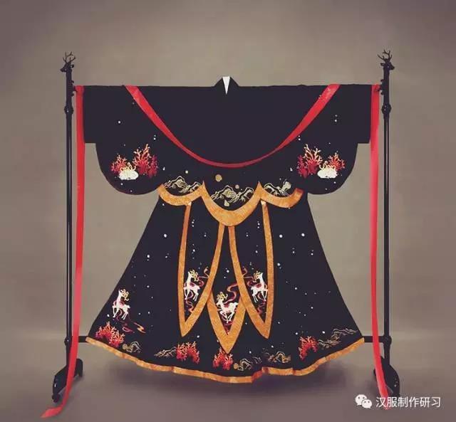 最近偶然看到这样的图样: 有点惊艳到,现代汉服商家在汉服上的创造力