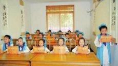 社区书院开课 娃娃们穿着汉服免费学经典