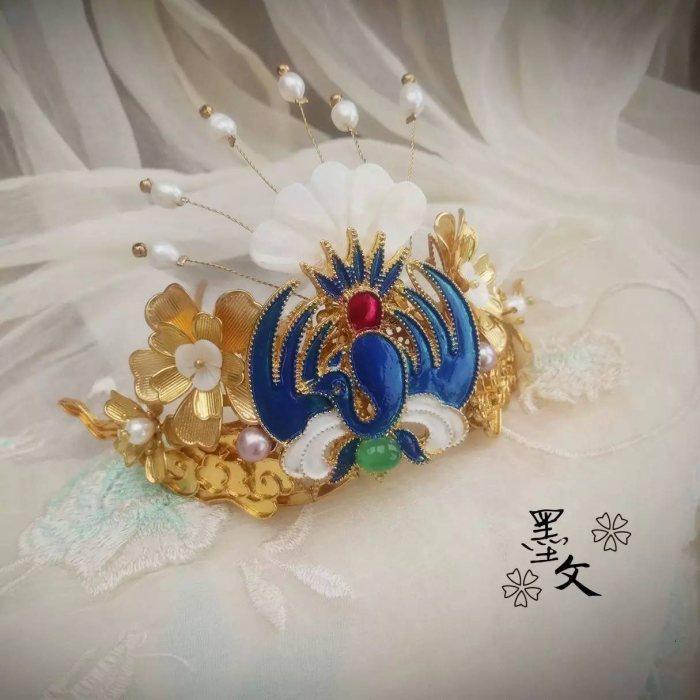发簪是古代用来固定和装饰头发的一种首饰,如今,簪子的形制与内涵都在逐渐地分化与丰盈。它不仅是造型精美的传统饰品,更是一种美的享受。   中国风发发簪,来穿越时空,见证诗、话、簪的美!