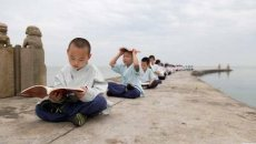 """苏州太湖边有一群孩子""""不上学"""",每天着汉服、练武术、只读经典"""
