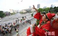 长沙湘绣美人穿汉服做女红 体验传统七夕文化
