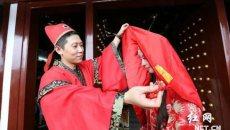 长沙数十名女孩穿汉服上演斗巧会 体验传统七夕文化