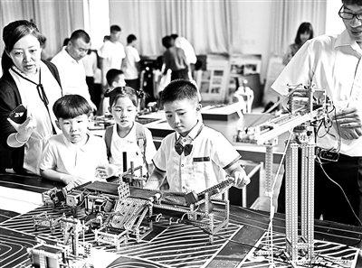 """中法实验学校一年级新生体验""""未来教室""""课程"""