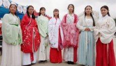 兰州:大学生穿汉服行走校园 助力汉文化发展