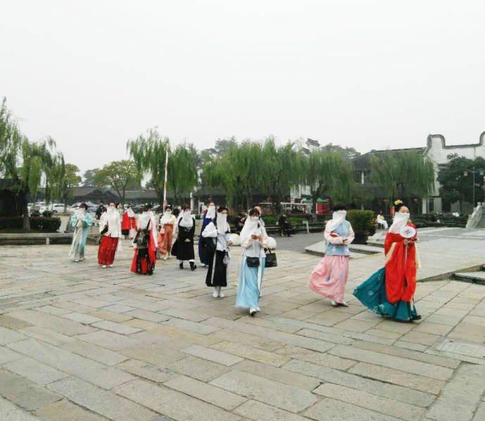 江南很少有这样大风的天气,不过这也难不到我们的汉服美女们。