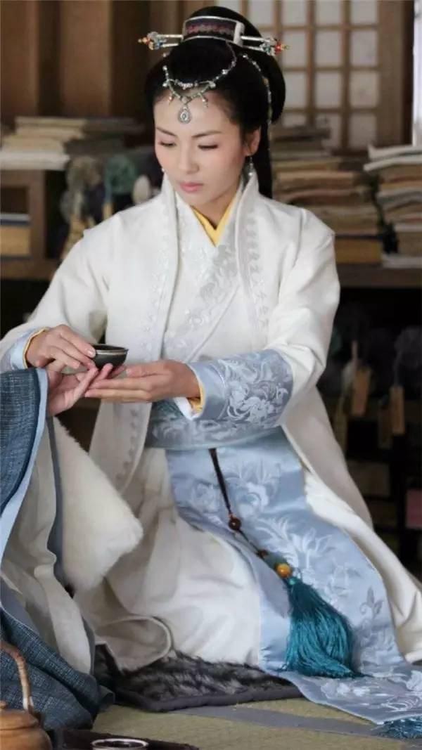 汉服, 一直被视为华夏文化的代表之一。  它锦衣华裳,天机云锦, 在朝代的更替中翩翩起舞。  它飘逸灵动,衣袂翻飞, 长风玉立间,才是女神姿态。