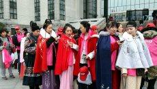 寒风中,上海街头出现了一群穿汉服的年轻人……