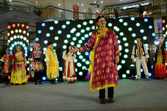 洋人穿汉服说汉语高唱中国歌 中外居民同台迎新春-图片2