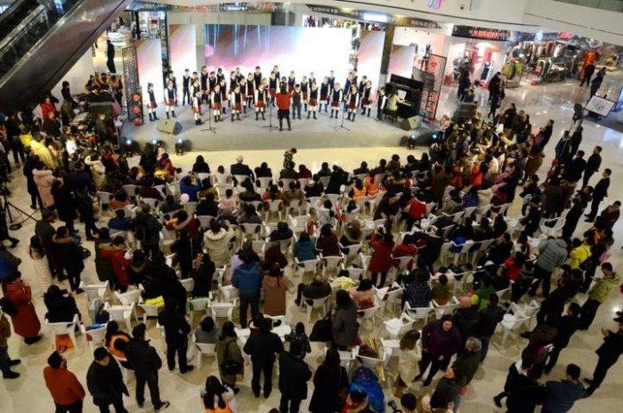 洋人穿汉服说汉语高唱中国歌 中外居民同台迎新春-图片1