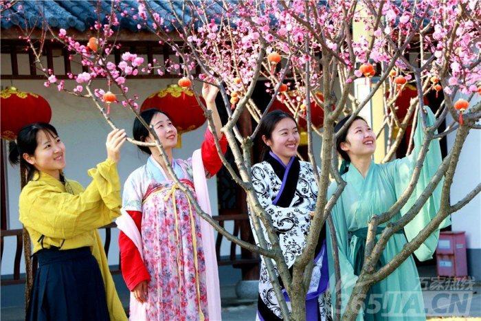 这个妇女节,对于合肥市滨湖新区的几名城管姑娘来说,有些不一样,她们换下制服,穿起汉服,徜徉在春光融融的滨湖城里,吸引了不少市民的注目。
