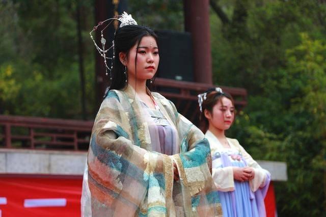 """让汉服""""火""""起来,过我们自己民族的传统节日。这里是广元市第二届花朝节。花朝节,俗称""""花神节""""、""""百花生日"""",是汉民族的优秀传统节日,节日期间,人们结伴到郊外游览赏花,称为""""踏青""""。"""