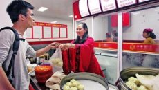 """陕西咸阳女老板穿着汉服卖包子,生意兴隆一夜成""""网红"""""""