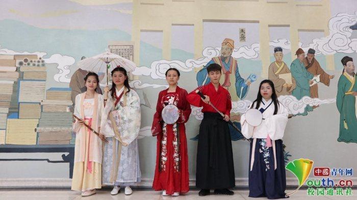 图为学生穿华服,画化妆,舞剑