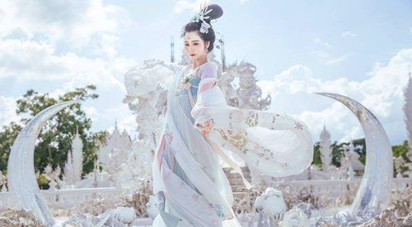 外语一窍不通的她,带着中国千年的汉服环游世界,惊艳了岁月