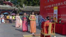 都江堰景区南桥广场上演了一场传统而庄重的活动——笄礼(古代女子成人礼)