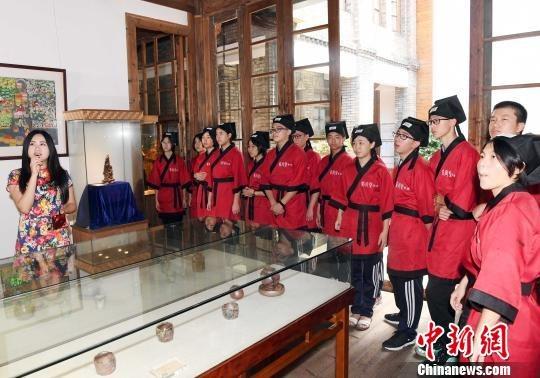 身着汉服的福州中学生参观福州福建省海峡民间艺术馆。