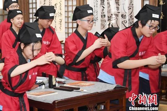 身着汉服的福州中学生学习传统礼仪。