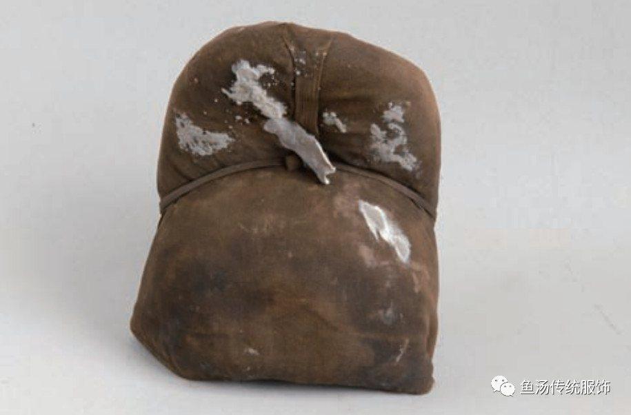 文化驿站 衣冠妆饰  大量的画像中可见,明代唐巾的发展趋势就是帽翅