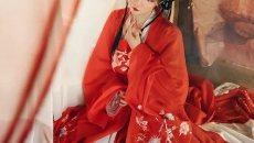 《红衣》 步摇垂珠玉,叶里看枫红。 帐暖烛光透,不觉香染衣。