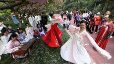 """中国掀起""""汉服""""热 为何越来越多年轻人对此着迷?"""