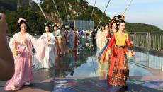 惊艳!美女们在黄腾峡悬空500米的玻璃悬廊上展示汉服