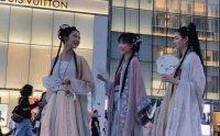 小姐姐结伴穿汉服引人围观,吃瓜群众:敢穿汉服出门的就是不一样