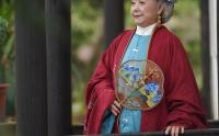 汉服新贵,76岁辰辰奶奶像仙女,穿汉服拍抖音宛如《红楼梦》中人