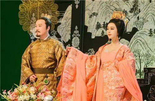 李白最肉麻的一首诗,全篇把杨贵妃吹上了天,却成就一对千古名句!