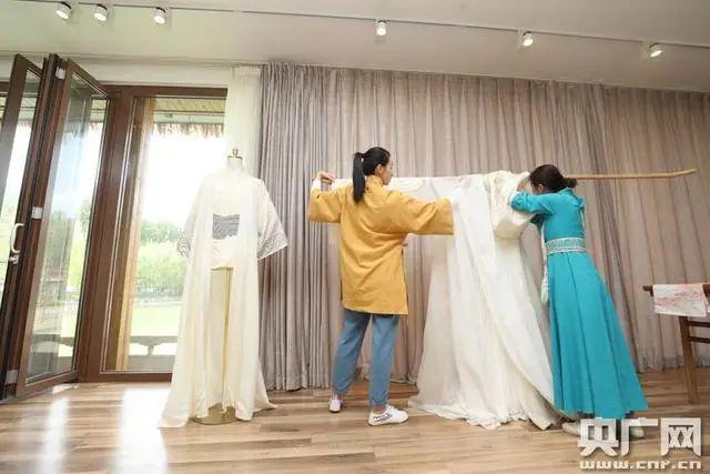汉服设计师:钻研传统技艺 穿越时空与古人'对话'