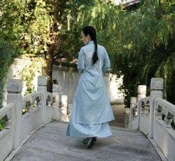 秋渐近 宜预添新装-浅蓝色提花斜襟立领长衫
