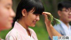 河南义马市:公园里吹来少年汉服风