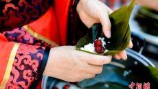 北京社区居民穿汉服学礼仪赛包粽子