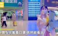 太甜了!四川一女孩身穿汉服、手捧鲜花,拉横幅迎接退伍男友回家!